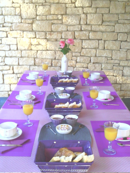 Chambre d'hote Dordogne - Vue d'un petit déjeuner dans la véranda
