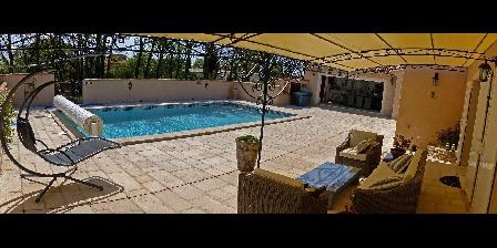 Chambre d'hotes La Bastide Des Pignes > terrasses et piscine