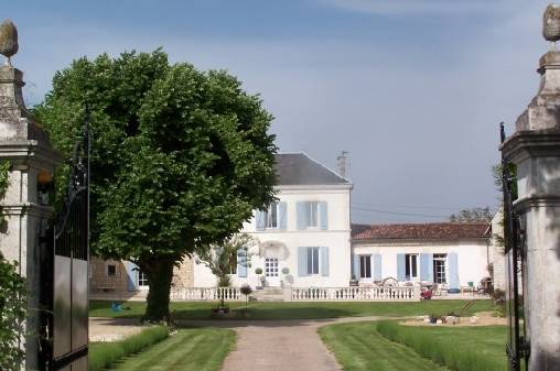 Bed & breakfasts Charente-Maritime, from 62.50 €/Nuit. House of character, Saint Jean d`Angély (17400 Charente-Maritime), Charm, Guest Table, Swimming Pool, Garden, WiFi, T.V., Baby Kits, Parking, 1 Single Bed(s), 4 Double Bedroom(...