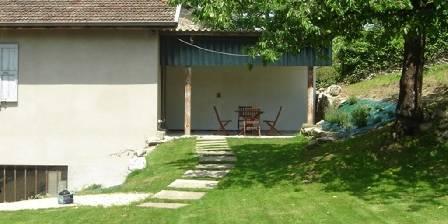 Location de vacances Côté Jardin > l'arrivée et la terrasse de Côté Jardin
