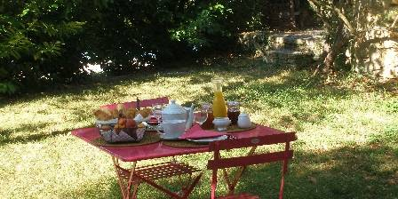 Le Mas D'escampette Petit déjeuner au jardin