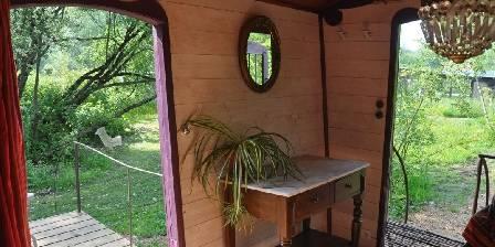 La Roulotte des Marais Intérieur et vue sur le jardin