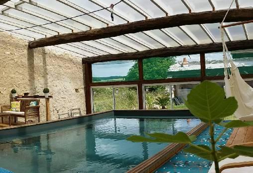 la piscine avec vue sur la campagne