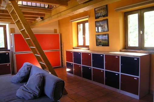 dortoir - niveau inférieur avec lits pliés et casiers