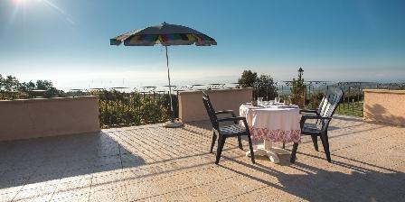 Mas Saint Antoine Petit déjeuner sur la terrasse du Mas Saint Antoine Ardèche