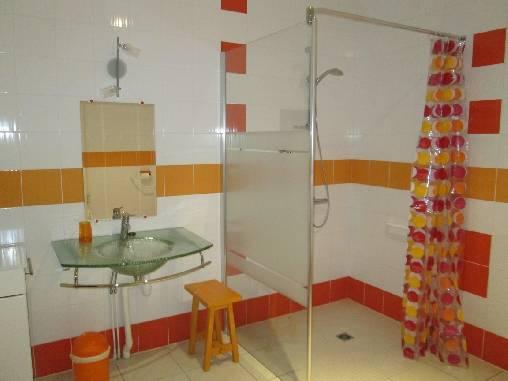 La salle d'eau de La Roue adaptée PMR