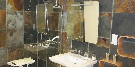 La Laiterie Salle de bains de la suite parentale du rez-de-chaussée.