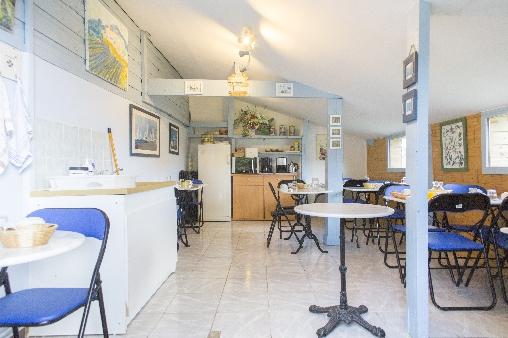 salle des petits déjeuners et coin cuisine