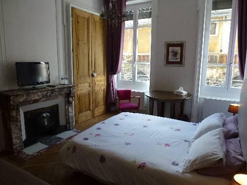 Chambres d'hotes Rhône, à partir de 90 €/Nuit. Appartement, Lyon (69005 Rhône), Charme, Internet, WiFi, Téléviseur, Equipements Bébé, Parking, Climatisation, 2 chambre(s) simple(s), 2 chambre(s) double(s), 5 personnes m...