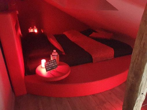 Lit rond en mezzanine de la suite Zen