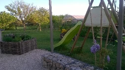 balançoire toboggan au jardin gite Harmonies