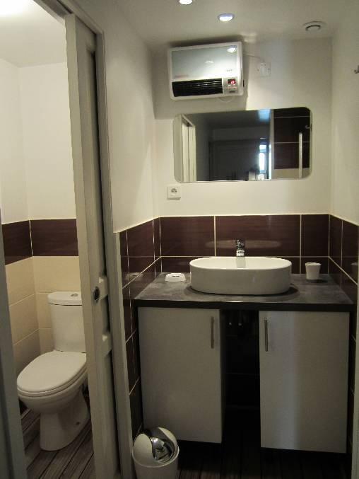 la partie bains : toilettes et vasque