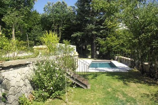 le jardin et la piscine de la propriété