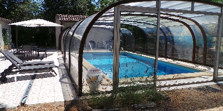 Gîtes l'Oliveraie Swimming pool and terrace