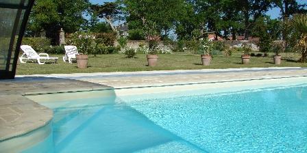 Gîte du Pressoir La piscine dans le Jardin Clos