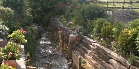Gîte du Moulin de Jonc Petit ruisseau depuis le pont de pierre