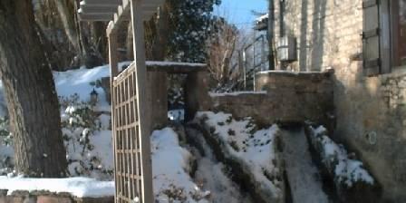 Gîte du Moulin de Jonc Chute d'eau devant la terrasse