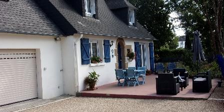 La Maison Bleue La maison bleue et sa terrasse coté sud-ouest