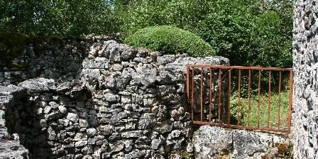 Les Gites du Mas d'Aspech Une petite marre typique du Quercy en pierre sèches