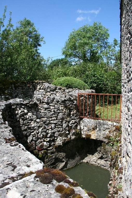 une petite marre typique du Quercy en pierre sèches