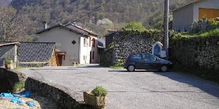 Aux plaisirs du Cagire Parking devant le hameau