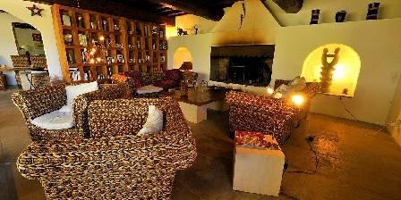 Mas Bardouine Salon avec cheminée Camarguaise