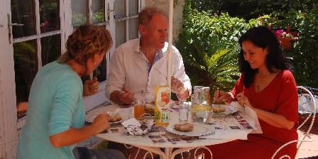Maison d'hôtes Le Séminaire Déjeuner en terrasse ombragée au chant des cigales