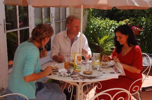 Déjeuner en terrasse ombragée au chant des cigales