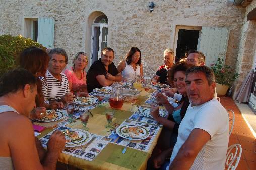 soirée d'été conviviale en terrasse