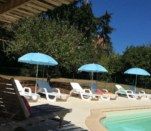 piscine solarium parc boisé parking domaine du Manoir en agenais