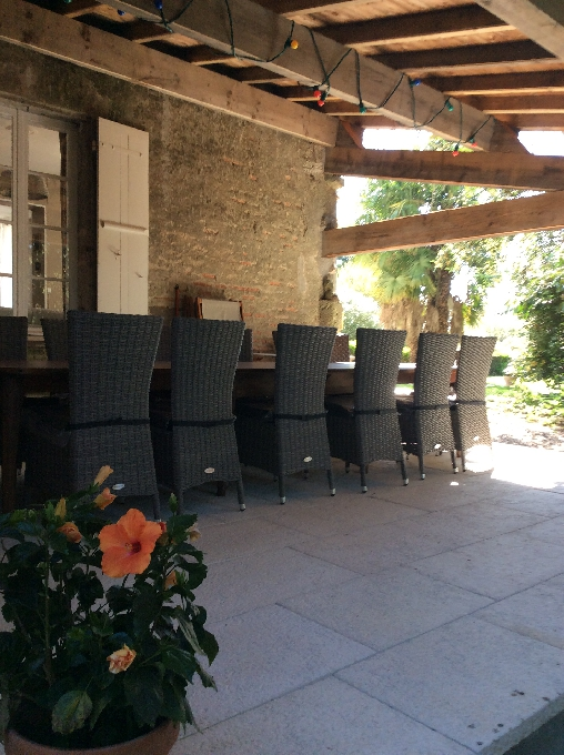 table d'hôtes à l'ombre l'été