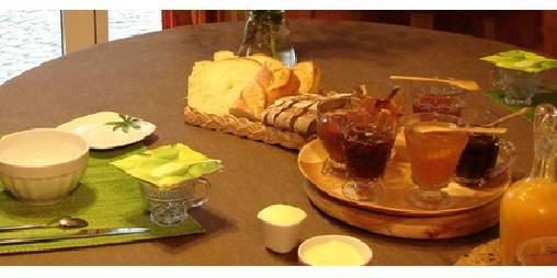 Petit déjeuner  (plus de photos sur lafermedelecorce.com)