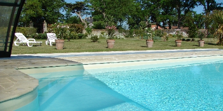 Domaine de l'Ecorce La piscine  dans le Jardin Clos