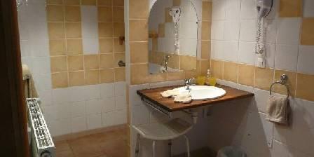 Le Clos Saint Vincent Salle de douche de la chambre jaune