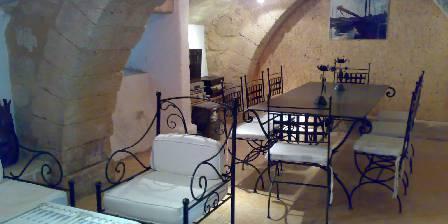 Le Mas de Castille Salon/salle à manger dans une salle voûtée