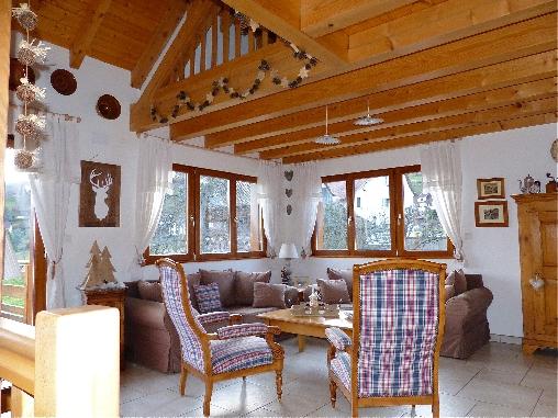 Espace de vie avec poêle à bois