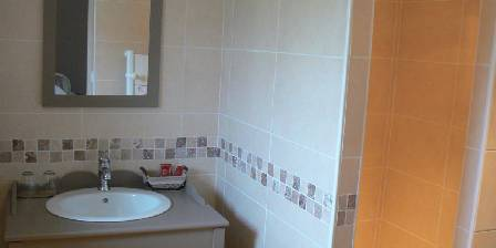 Les Pierrines Salle de douche Hélène