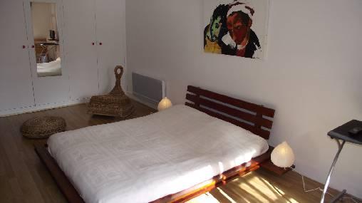 un grand lit double avec un matelas à mémoire de forme