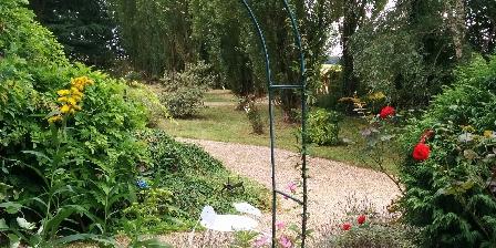 Gîte de La Roseraie Jardin côté gite