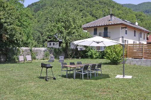 Chambre d'hote Haute-Savoie - L'Arclosan : Jardin avec barbecue et transat
