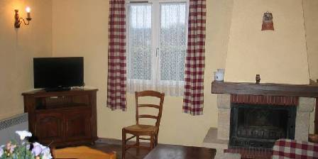 Gite Vos Vacances à Vogüé Ardèche > salon avec cheminée, canapé et télé
