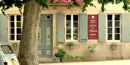Le Chai de Marguerite La façade du Chai avec les platanes
