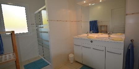 La Laureraie Deux salles d'eau avec douches spacieuses