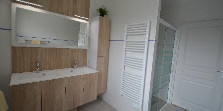 La Roseraie Salle d'eau avec douche spacieuse et meuble moderne