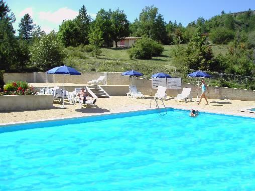 la piscine près des maisonnettes
