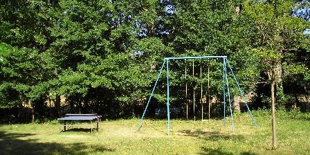 Domaine La Provenç'âne Ping pong et balançoire dans le parc