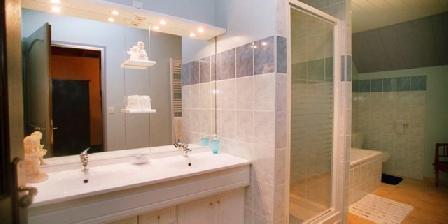 Chambre d'hotes Les Metamorphozes > salle de bain manoir