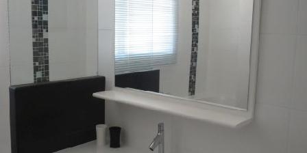 Escale à Lomener Lavabo sur meuble dans salle de bain