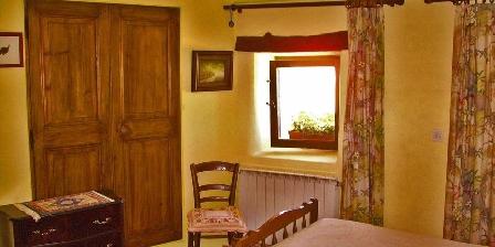 Bed and breakfast La Table du Bonheur > bedroom `Lavande`