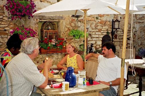 Petit déjeuner au terrasse